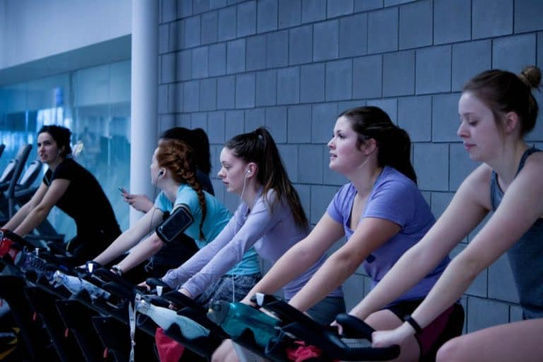 Group of people exercising to lose fat