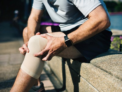 Man holding his knee - Therapeutic Assessment